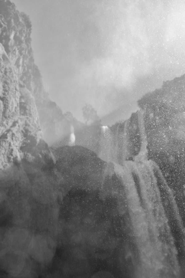 Foto blanco y negro de la parte inferior de la cascada alta imágenes de archivo libres de regalías