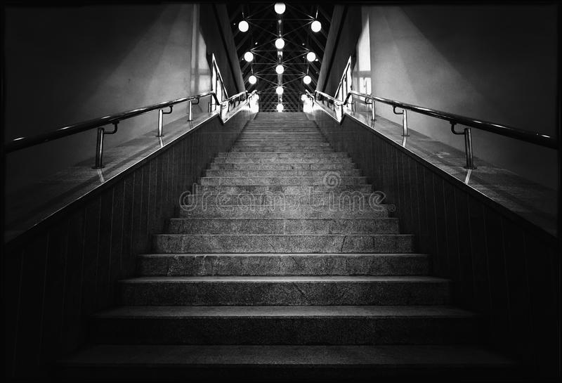Foto blanco y negro de las escaleras de la noche con las linternas fotos de archivo libres de regalías