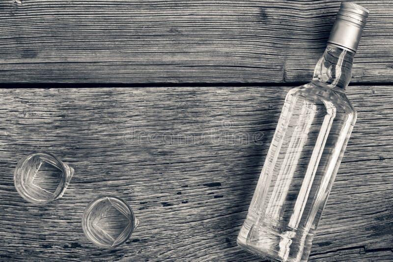 Foto blanco y negro de Pekín, China Lujo de la VODKA Vodka en una botella y vidrios en un fondo de la madera fotos de archivo