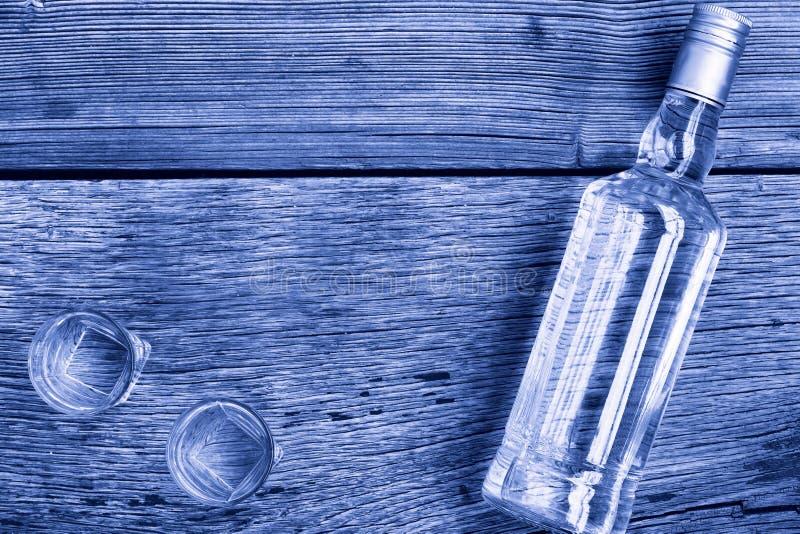 Foto blanco y negro de Pekín, China Lujo de la VODKA Vodka en una botella y vidrios en un fondo de la madera fotografía de archivo