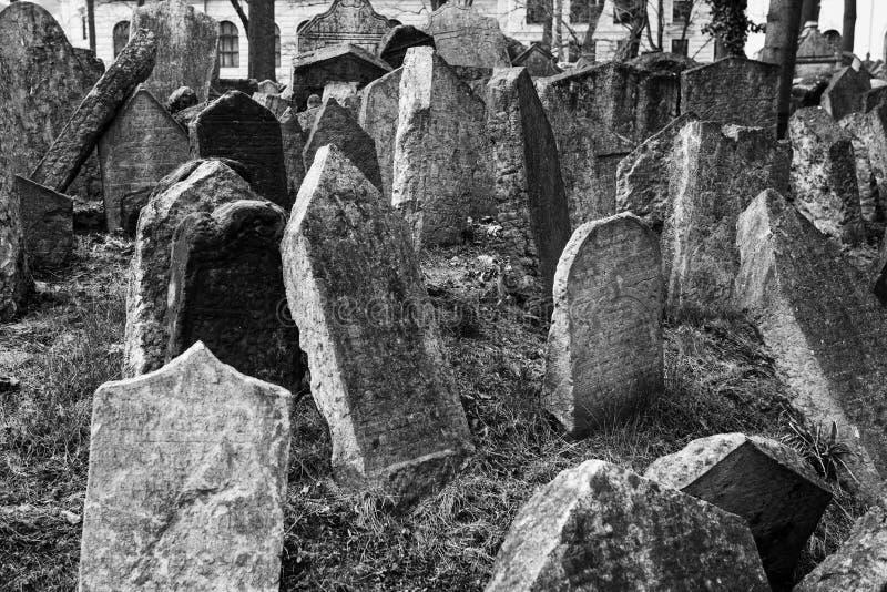 Foto blanco y negro de piedras sepulcrales en el cementerio de Josefov imagenes de archivo