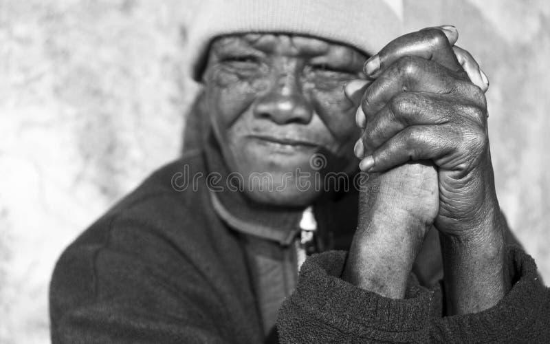 Foto blanco y negro de un mayor imagenes de archivo