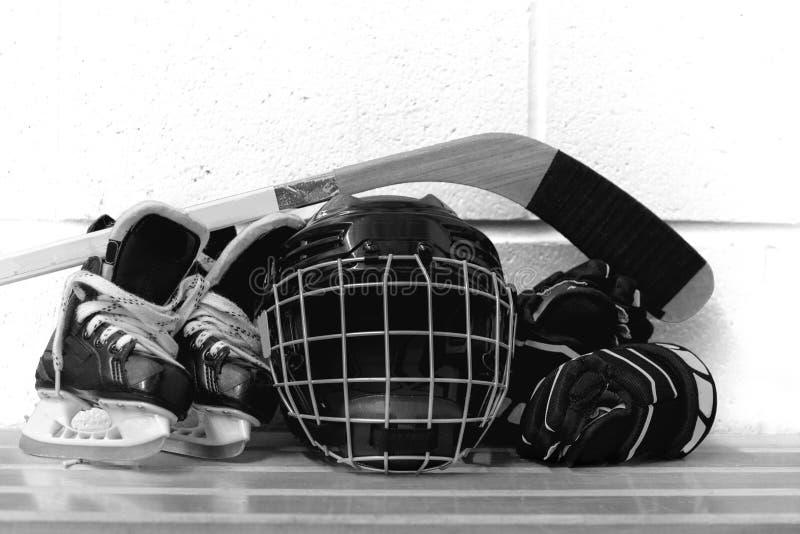 Foto blanco y negro del engranaje del hockey del ` s del niño: casco, palillo, guantes, patines fotos de archivo libres de regalías