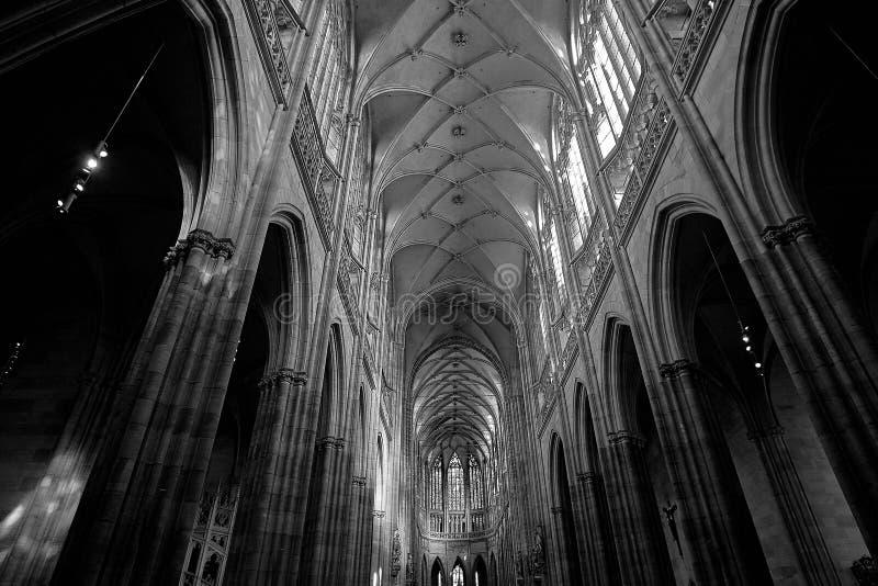 Foto blanco y negro del interior hermoso del St Vitus Cathedral en Praga fotografía de archivo libre de regalías