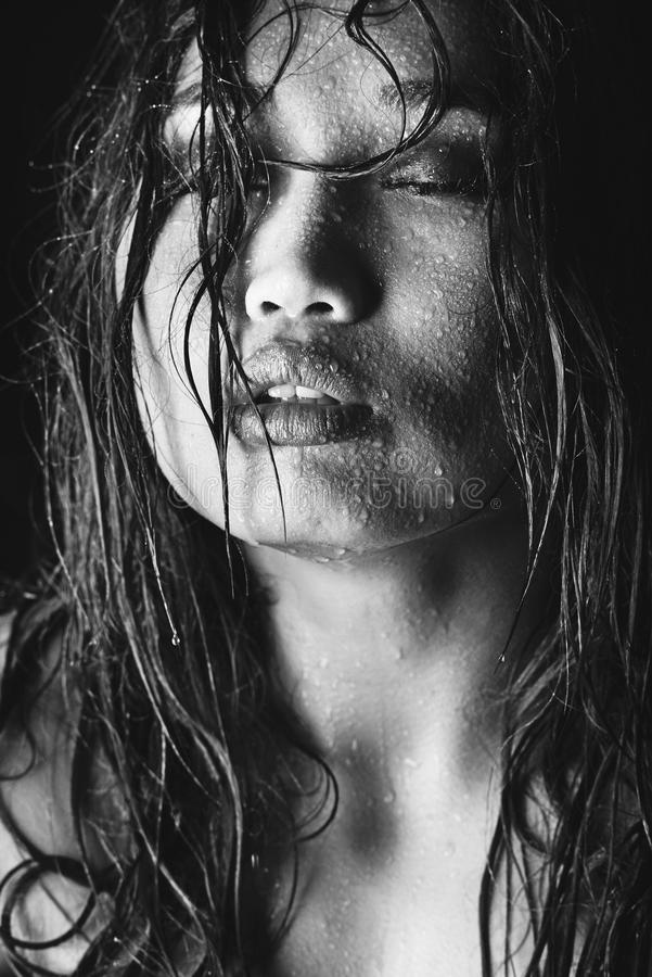 Foto blanco y negro del modelo asiático con el pelo mojado y de descensos del agua en cara fotos de archivo libres de regalías