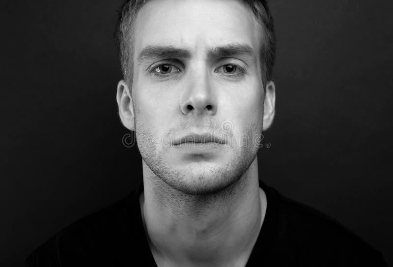 Foto blanco y negro del retrato del hombre joven con elegante y sabio fotografía de archivo libre de regalías