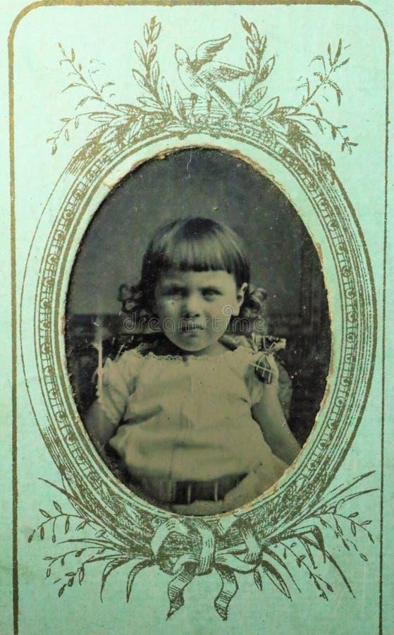 Foto blanco y negro del vintage de los 1880s victorianos de una niña - 1900s imágenes de archivo libres de regalías