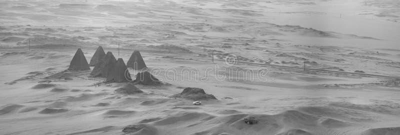 Foto blanco y negro desde arriba de las pirámides cerca de Karima, Sudán fotos de archivo
