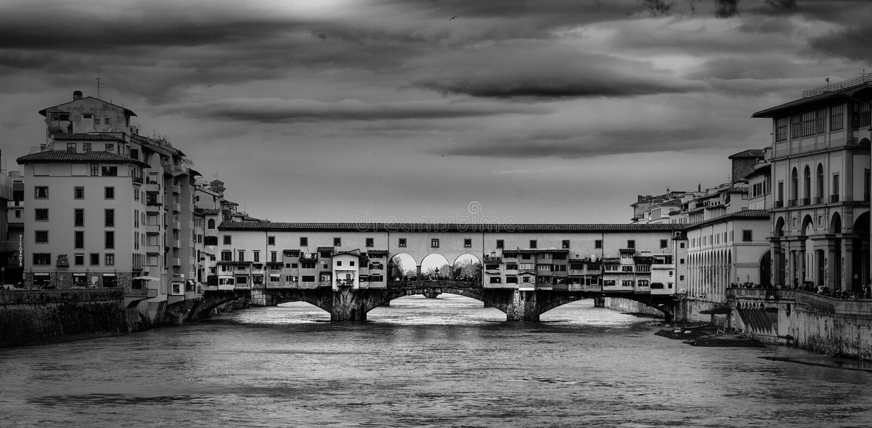 Foto blanco y negro hermosa del Ponte Vecchio, un puente de piedra medieval del arco sobre Arno River, en Florencia, Italia imagenes de archivo