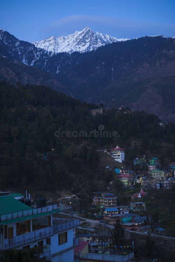 Foto bonita da natureza e da paisagem do crepúsculo nos Himalayas fotos de stock royalty free