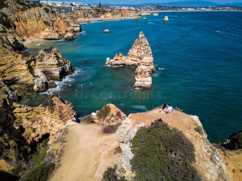 Foto bonita do zangão da praia de Dona Ana do Praia de Lagos, Portugal foto de stock royalty free