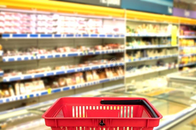 Foto borrada abstrata da loja com a cesta no fundo do bokeh do armazém Conceito do negócio fotos de stock