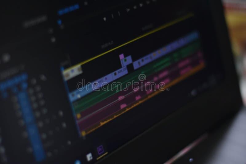 Foto borrada do vídeo do espaço temporal e dos sons da ferramenta de edição video foto de stock