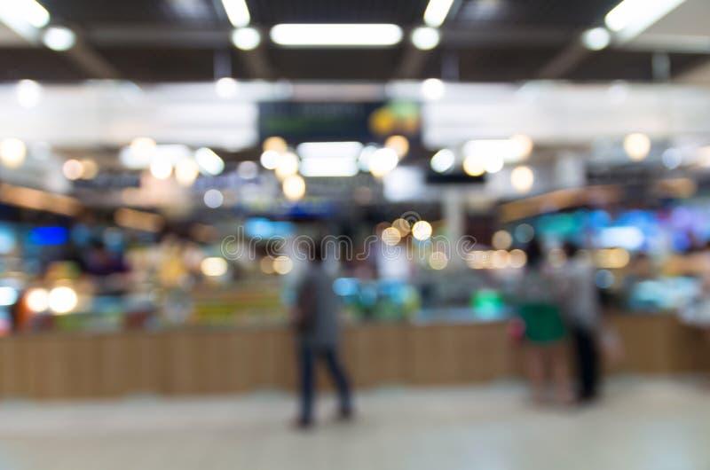 Foto borrada sumário da praça da alimentação no armazém foto de stock