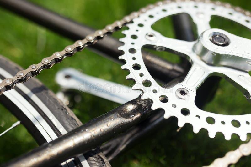 Foto clássica do close-up da bicicleta da estrada no campo do prado da grama verde do verão Fundo do curso imagens de stock royalty free