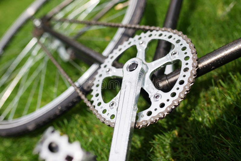 Foto clássica do close-up da bicicleta da estrada no campo do prado da grama verde do verão Fundo do curso imagens de stock