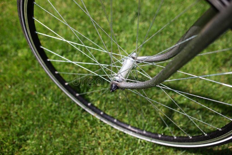 Foto clássica do close-up da bicicleta da estrada no campo do prado da grama verde do verão Fundo do curso imagem de stock