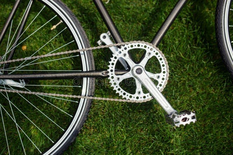Foto clássica do close-up da bicicleta da estrada no campo do prado da grama verde do verão Fundo do curso imagem de stock royalty free