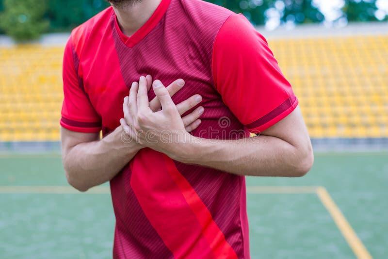 Foto colhida do close up do corpo de ser humano que toca no lado esquerdo de sua posição da dor aguda de sentimento de corpo no e imagem de stock