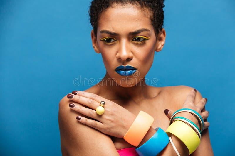Foto colorida de la mujer tensa o decepcionada de la raza mixta con el tr imágenes de archivo libres de regalías