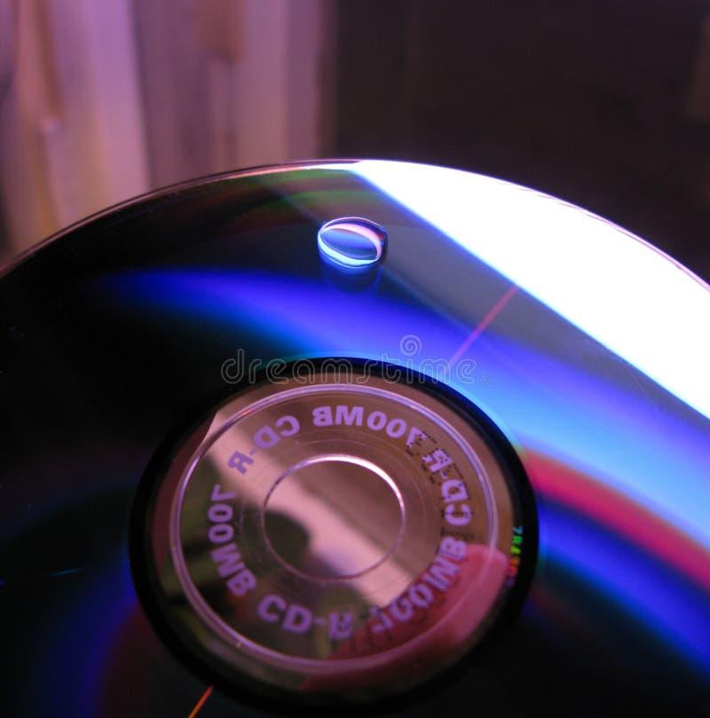 Foto colorida do macro do fundo da gota da água do CD-disco imagens de stock