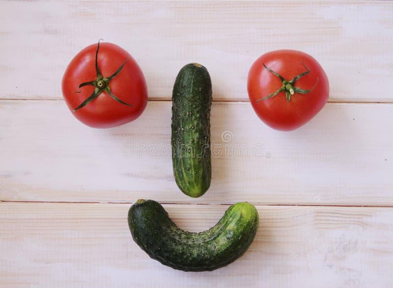 Foto común de dos tomates aislados en el fondo blanco foto de archivo