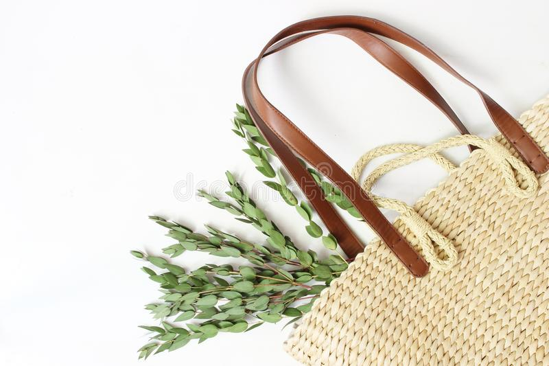 Foto común diseñada Aún composición femenina de la vida con el bolso francés de la cesta de la paja con las manijas largas del cu fotos de archivo