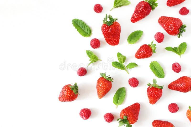Foto común diseñada Composición sana de la fruta del verano con las fresas rojas, frambuesas, hojas de menta verdes frescas foto de archivo