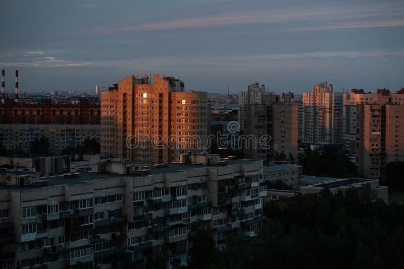 Foto común - A refleja zona residencial del apartamento de la salida del sol en St Petersburg fotos de archivo libres de regalías