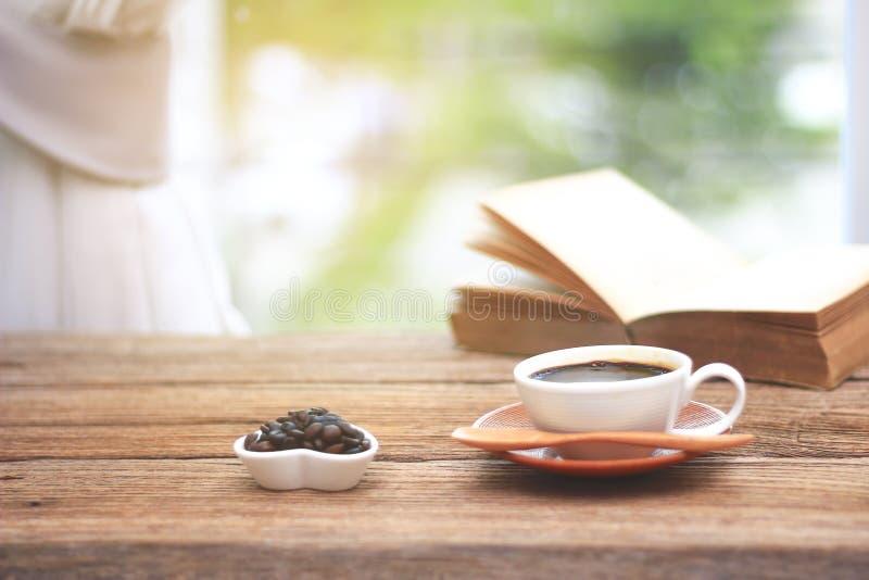 Foto común - taza de café con los libros por mañana en la ventana foto de archivo libre de regalías