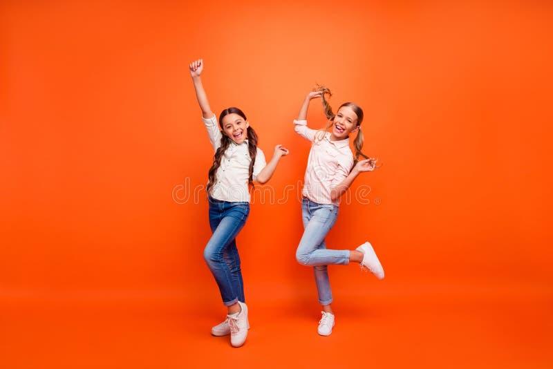 Foto completa del corpo di pazzi folli due ragazze si divertono in autunno weekend alzate la mano stringete i pugni con le bracci fotografie stock libere da diritti