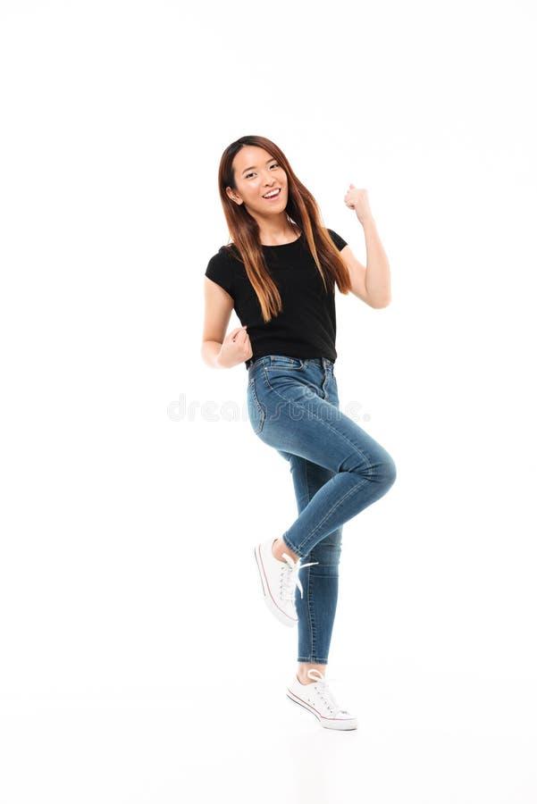 Foto completa do comprimento da mulher asiática bonita magro no vestuário desportivo sh imagens de stock