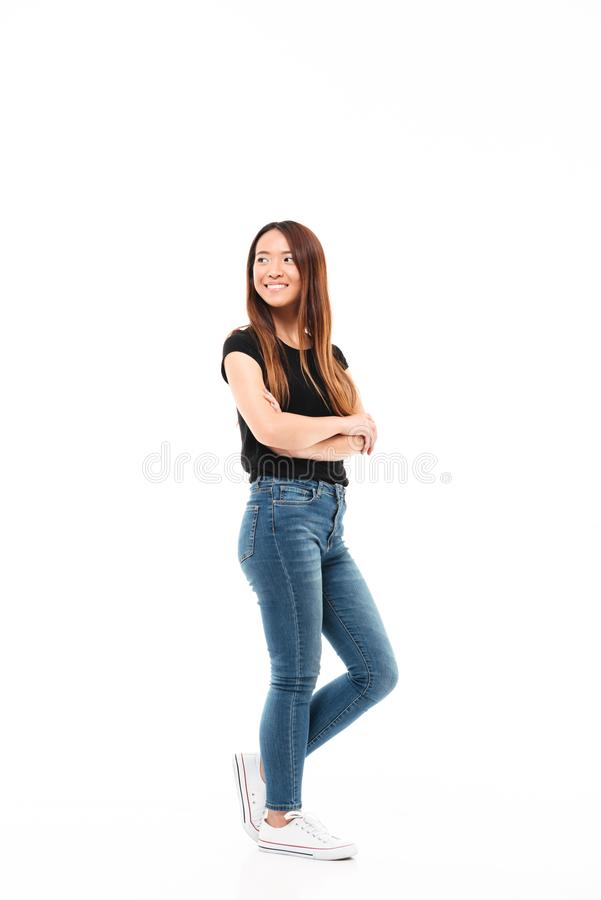 Foto completa do comprimento da mulher consideravelmente chinesa dos jovens no tshirt preto fotografia de stock