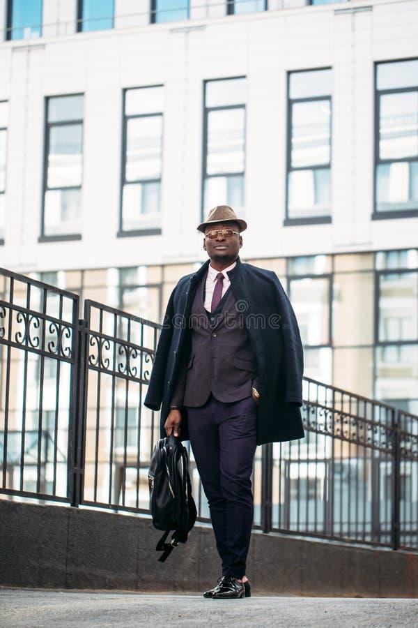 Foto completa do comprimento o homem atrativo vestiu formalmente a vista da câmera fotografia de stock royalty free