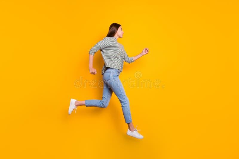 Foto completa do tamanho de corpo do comprimento da menina que observa alguém que gostar em um outro lado da estrada e do corredo imagens de stock