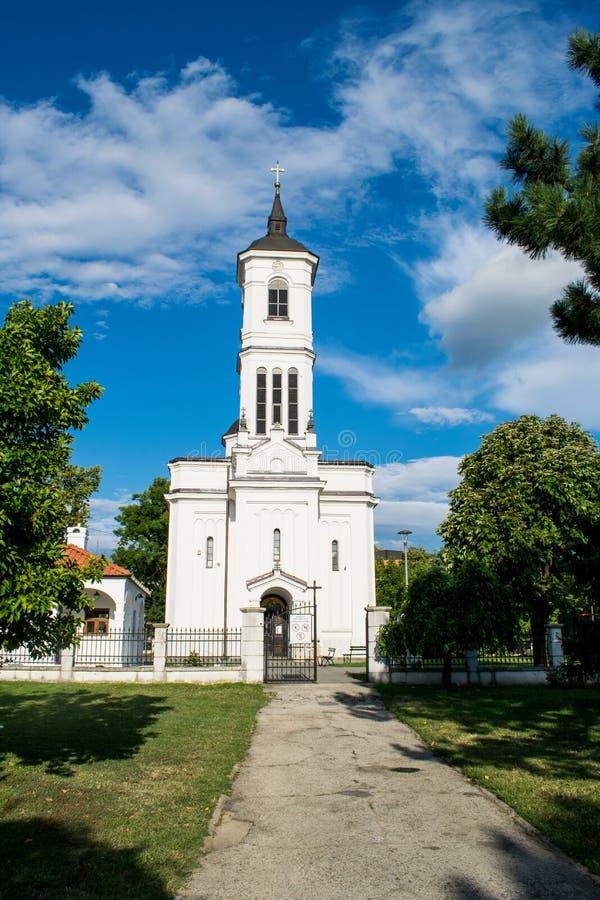 Foto con una iglesia ortodoxa en Serbia, en la ciudad de Kladovo Viaje en un día de verano Un parque hermoso con los árboles verd fotografía de archivo