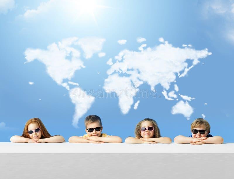 Foto conceptual das crianças com um mapa da nuvem imagem de stock