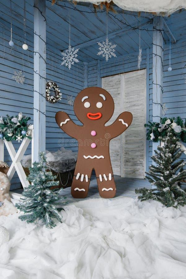 Foto concettuale dell'uomo di pan di zenzero per il fondo della cartolina di Natale immagini stock