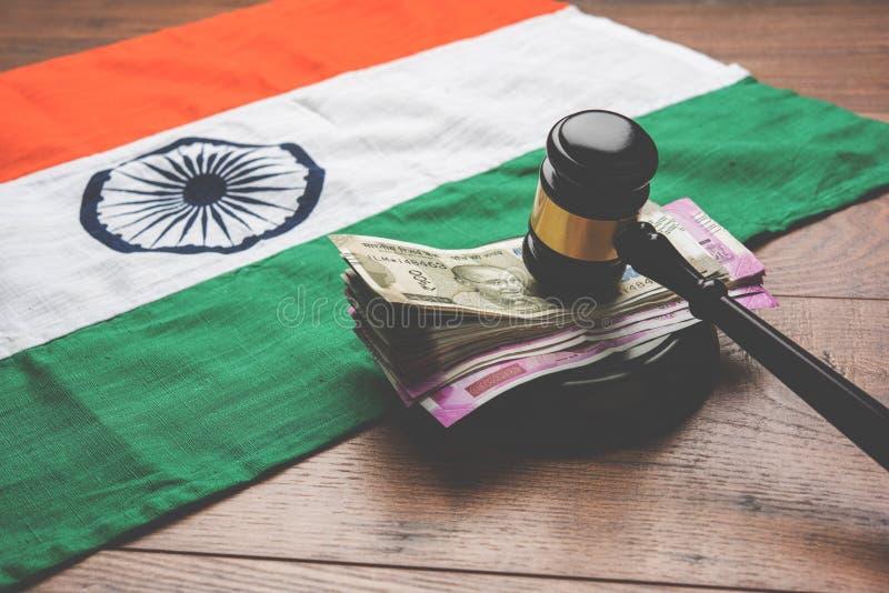 Foto conservada em estoque de notas indianas da rupia da moeda com o martelo da lei isolado no branco, conceito que mostra a lei  fotografia de stock royalty free