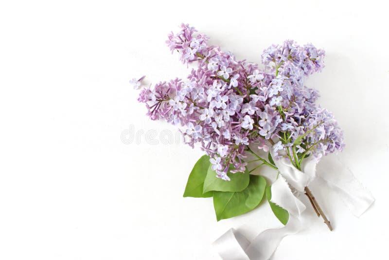 Foto conservada em estoque denominada Casamento da mola, cena do aniversário, composição floral Ramalhete feito do roxo de flores imagem de stock royalty free