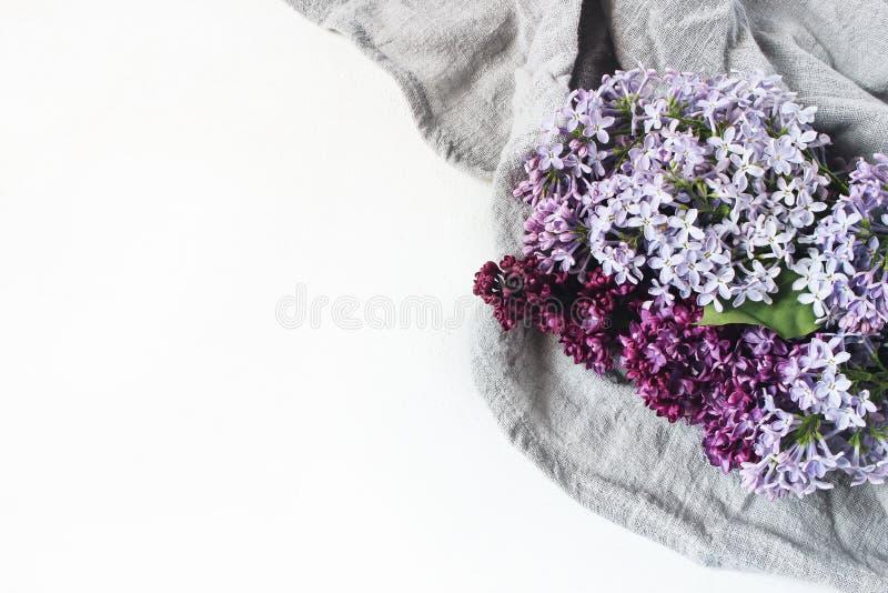 Foto conservada em estoque denominada Páscoa Cena feminino da mola, composição floral Bandeira decorativa, canto feito do roxo bo fotos de stock royalty free