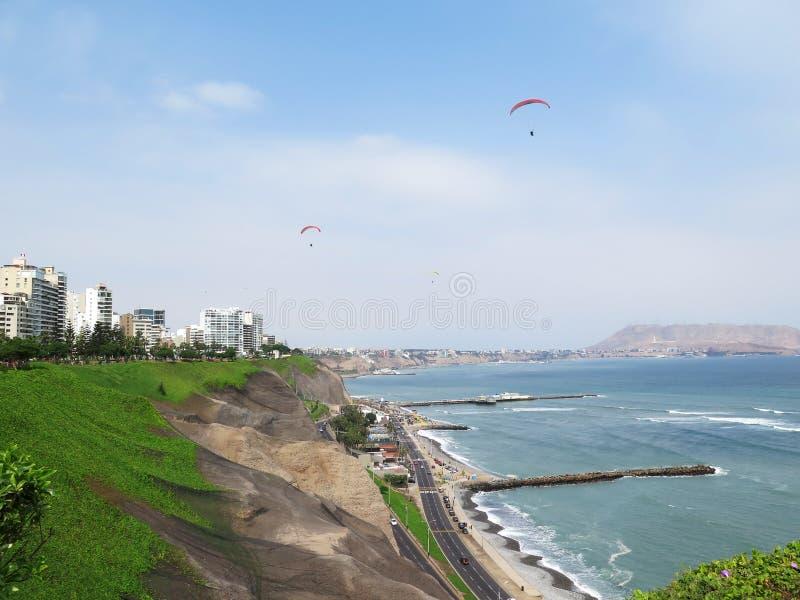 Foto conservada em estoque - disparada da praia verde da costa no Lima-Peru fotografia de stock royalty free