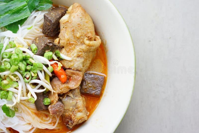 Foto conservada em estoque - macarronete de arroz tailandês com sopa do vermelho do caril da galinha imagens de stock