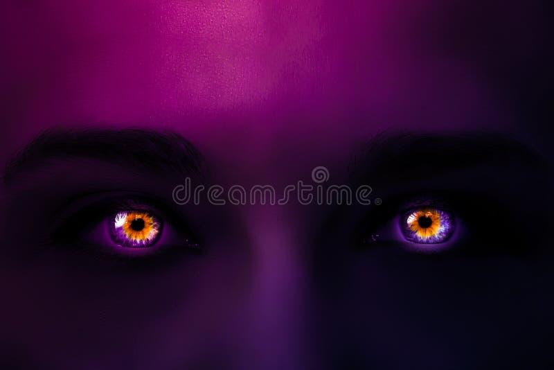 Foto creativa de la cara de una mujer con la pendiente ligera de neón del rosa al color púrpura violeta y de brillar intensamente imagen de archivo libre de regalías