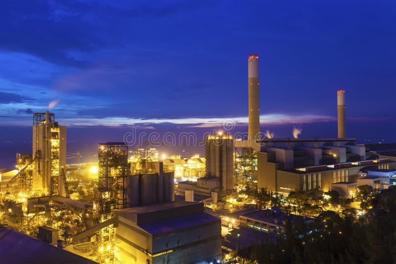 Foto crepuscular de la central eléctrica fotografía de archivo libre de regalías