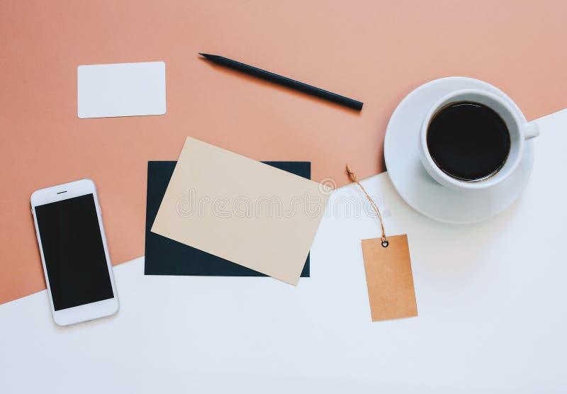 Foto criativa da configuração do plano da mesa do espaço de trabalho fotos de stock royalty free
