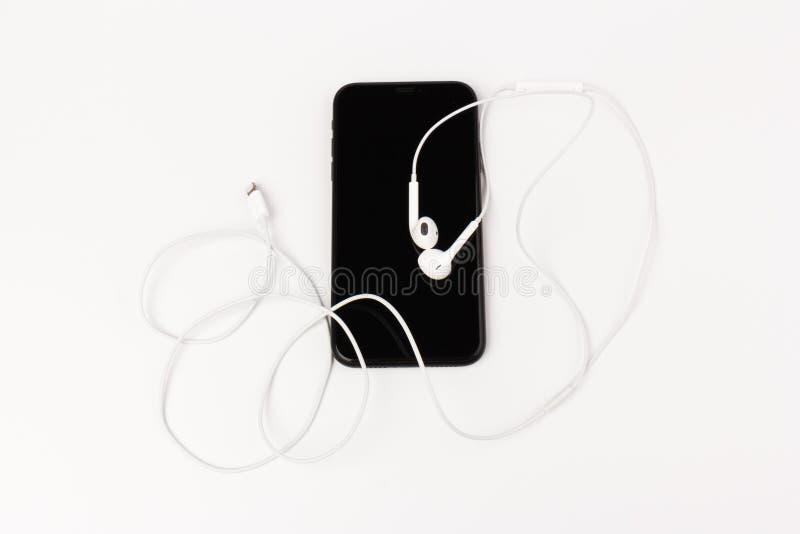Foto criativa e plana da mesa de trabalho com fones de ouvido e telefone celular foto de stock