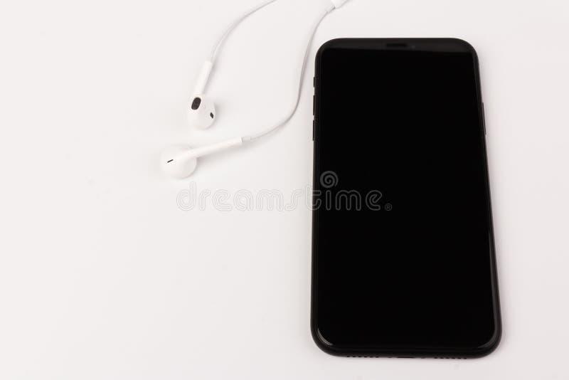 Foto criativa e plana da mesa de trabalho com fones de ouvido e telefone celular fotografia de stock royalty free