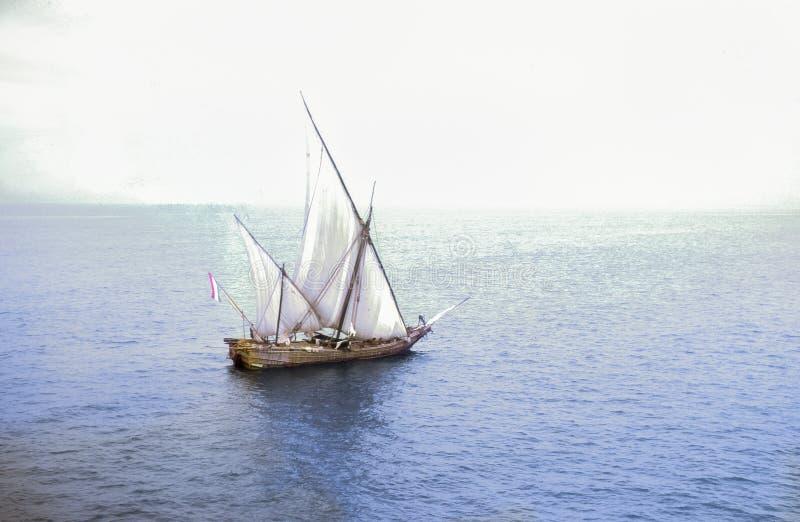 Foto d'annata circa 1962, barca a vela tradizionale del dhow, India fotografie stock
