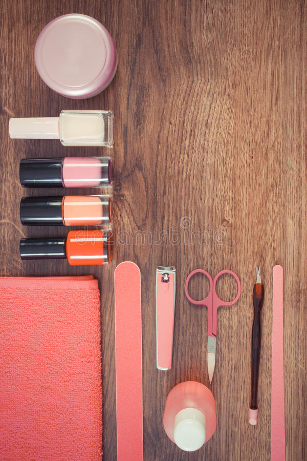 Foto d'annata, cosmetici ed accessori per il manicure o il pedicure, concetto di cura dell'unghia, spazio della copia per testo immagine stock